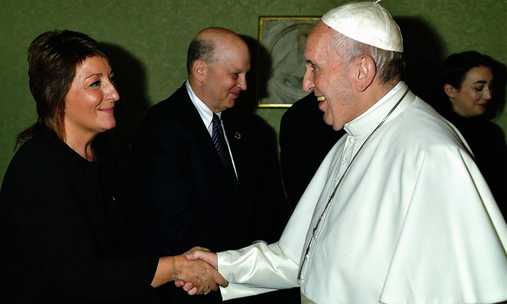 Ariane Slinger, Caritas Pro Vitae Gradu Charitable Trust's representative and Pope Francis together with a delegation of donors - Vatican City